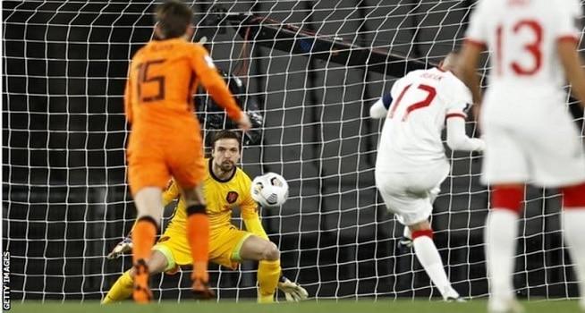 Pemain Tim Nasional (Timnas) Turki melesakkan tendangan ke gawang Belanda dalam kualifikasi Piala Dunia 2022 di Attaturk Olympic Stadium, Kamis (25/03/2021) dini hari WIB. (Foto: BBC/Getty Images)