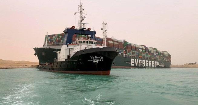 Kapal Ever Given, megakontainer yang terdampar di Terusan Suez (Foto: BBC/Getty Images)
