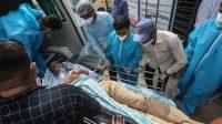 Pasien dievakuasi dari rumah sakit pada Jumat (23/04/2021) pagi setelah terjadi kebakaran (Foto: BBC/European Pressphoto Agency)