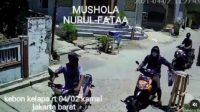 Seorang pengendara motor tepergok mengembat uang amal di pinggir jalan (Dok. Instagram @infojktku)