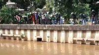 Screenshot rekaman video seorang pria diduga debt collector motor nekat terjun ke sungai Ciliwung, Gunung Sahari, Jakarta Pusat lantaran takut dihajar massa, Senin (19/04/2021). (Dok. Instagram @jakarta.terkini)