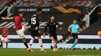 Pemain Manchester United Edinson Cavani melesakkan bola ke gawang Granada dalam leg kedua perempat final Liga Europa 2020/2021 di Old Trafford, Jumat (16/04/2021) dini hari WIB (Foto: BBC/Getty Images)