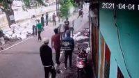 Aksi tawuran warga terjadi di Jalan Pulo Gundul, Johar Baru, Jakarta Pusat, Minggu (05/04/2021) sore (Dok. Instagram @warung_jurnalis)