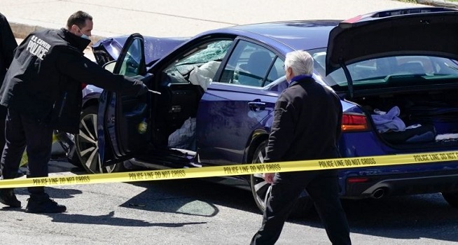 Petugas Kepolisian Capitol AS menyelidiki sebuah mobil yang menabrak penghalang di Capitol Hill di Washington [J Scott Applewhite / AP]