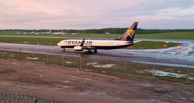 Minsk mengacak pesawat perang untuk mengawal penerbangan Ryanair pada Minggu (23/05/2021), menandai peringatan bom yang terbukti salah [Foto: Andrius Sytas / Reuters]