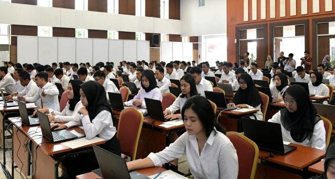Para Peserta CPNS Setkab dan Kemensetneg mengikuti tes SKD di Pusdiklat Kemensetneg, Cilandak, Provinsi DKI Jakarta, Senin (17/2). (Foto: Humas/Ibrahim)