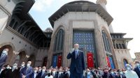 Presiden Turki Recep Tayyip Erdogan meresmikan sebuah masjid di Taksim Square, Istanbul yang sempat memicu gelombang protes pada 2013 (Foto: BBC/Reuters)