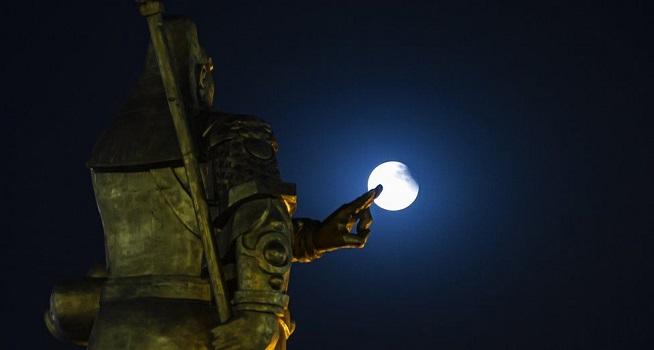 Penampakan supermoon di Kota Yuncheng di Cina Tengah (Foto: BBC/Getty Images)