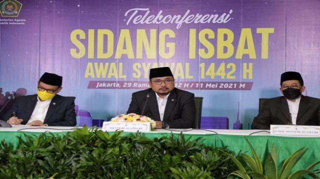 Menag Yaqut Cholil Qoumas, Ketua MUI KH Abdullah Jaidi, dan Wakil Ketua Komisi VIII TB Ace H Syadzili umumkan hasil isbat awal Syawal, di Kantor Kemenag, Jakarta, Selasa (11/5/2021). (Foto: Humas Kemenag)