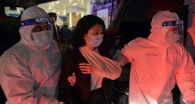 Korban kecelakaan kereta api di Kuala Lumpur Malaysia tengah mendapatkan penanganan (Foto: BBC/EPA)