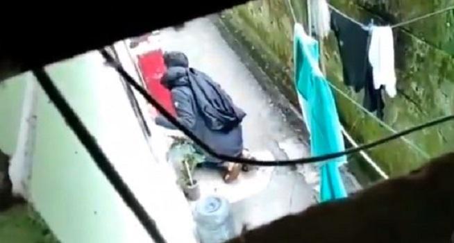 Screenshot rekaman video seorang pria misterius diduga mengintip salah satu kamar penghuni kos (Dok. Instagram @undercover.id)