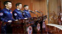 Tang Hongbo (kiri), Nie Haisheng (tengah) dan Liu Boming (kanan) berbicara kepada media menjelang penerbangan luar angkasa (Foto: BBC/Reuters)