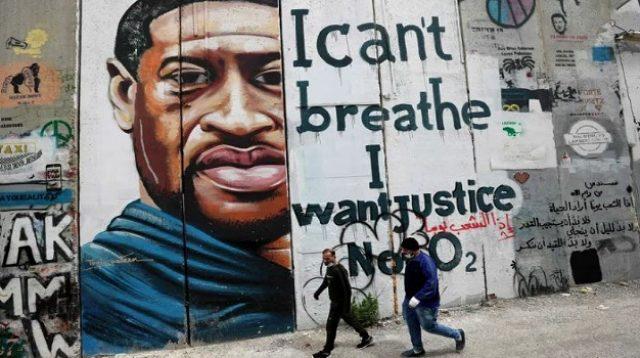 Lukisan George Floyd di sebuah dinding bangunan (Foto: AFP via Getty Images)