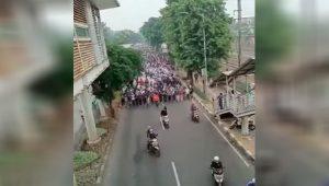 Screenshot rekaman video massa simpatisan Rizieq Shihab menggelar aksi long march menuju Pengadilan Negeri Jakarta Timur (PN Jaktim), Kamis (24/06/2021). (Dok. Instagram @fakta.jakarta)