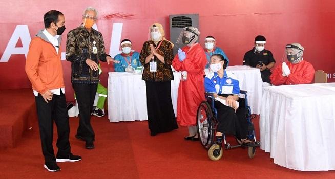 Presiden RI Joko Widodo (Jokowi) meninjau pelaksanaan vaksinasi Covid-19 massal di Pelabuhan Tanjung Emas, Kota Semarang, Jateng, Jumat (11/06/2021). (Foto: BPMI Setpres/Lukas)