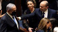 Naftali Bennett (kanan) mengakhiri masa jabatan panjang Benjamin Netanyahu (Foto: BBC/Reuters)