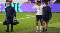Trent Alexander-Arnold berjalan tertatih-tatih di menit ke-90 saat menjalani laga kontra Austria di Stadion Riverside, Kamis (03/06/2021) dini hari WIB (Foto: BBC/Getty Images)