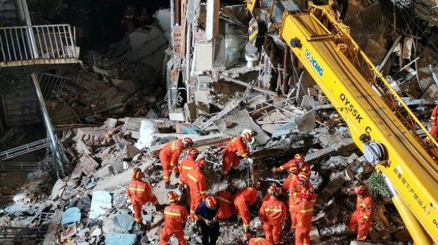 Petugas penyelamat melakukan operasi pencarian korban runtuhnya Hotel Siji Kaiyuan di Suzhou, Tiongkok (Foto: BBC/Getty Images)
