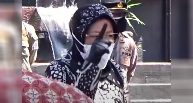 Screenshot rekaman video Menteri Sosial (Mensos) Tri Rismaharini marah-marah saat melakukan peninjauan di dapur umum Gedung Wyata Guna di Jalan Pajajaran Kota Bandung, Selasa (13/07/2021). (Dok. Istimewa)