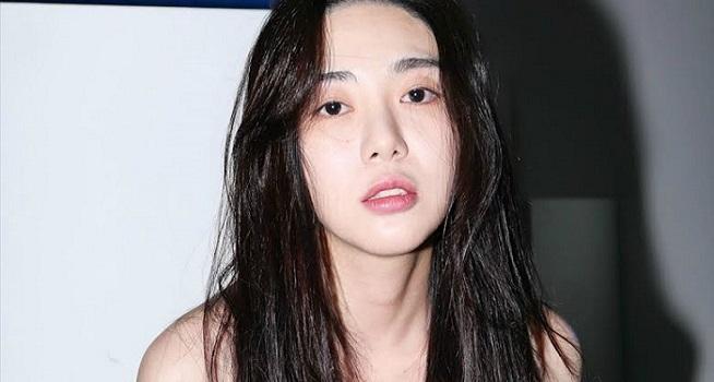 Mantan member AOA Kwon Mina mencoba bunuh diri. Ia dikabarkan masih belum sadarkan diri akibat tindakan nekatnya (Foto: Koreaboo)