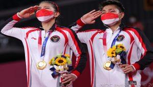 Greysia Polii dan Apriyani Rahayu akhirnya mencatatkan sejarah di Olimpiade Tokyo 2020. Sukses menyabet emas, air mata keduanya pun tumpah saat lagu Indonesia Raya dikumandangkan (Foto: NOC Indonesia)